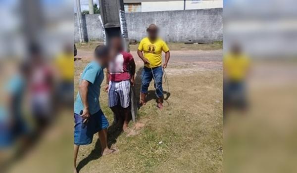 Camaçari: suspeito de roubo é amarrado em poste por moradores de Abrantes