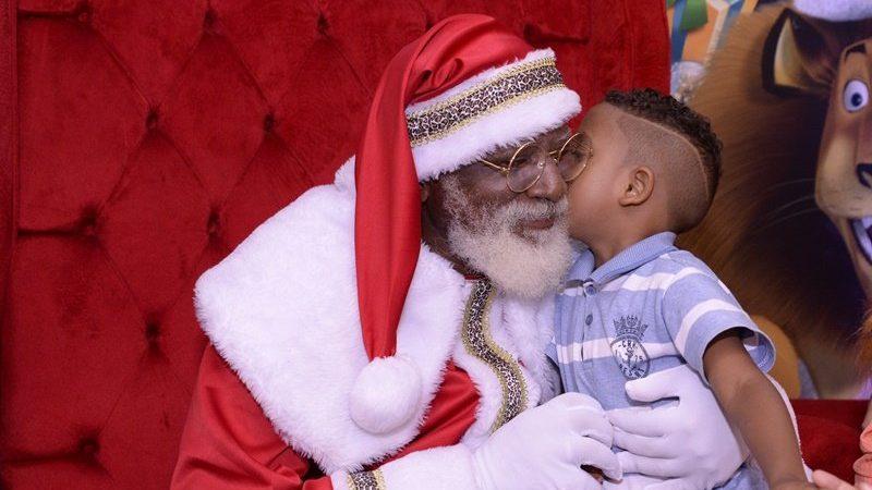 'Sempre quis fazer isso', diz pai de ator baiano da Globo que é Papai Noel em shopping de Salvador
