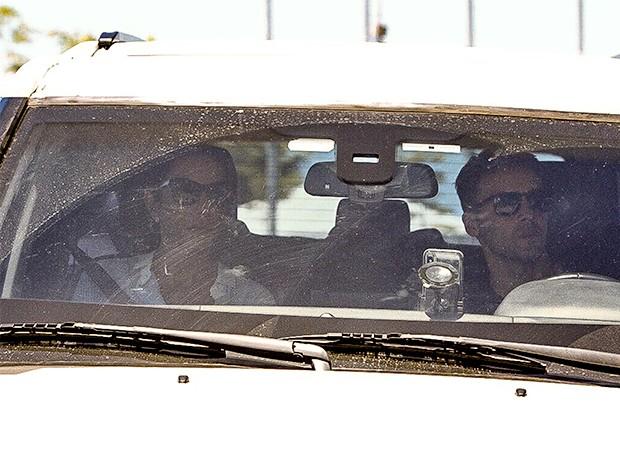 Ivete Sangalo se despede do irmão em velório em Salvador