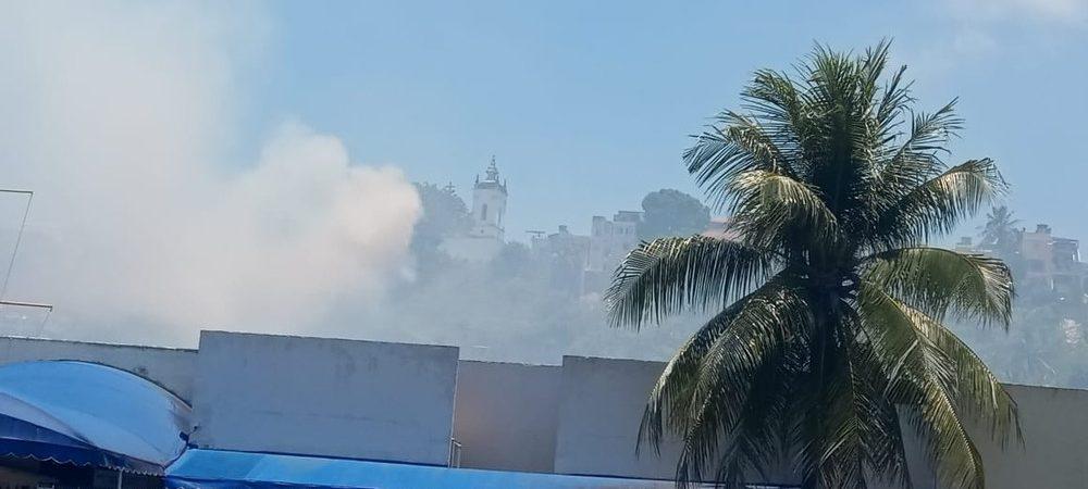 Salvador: vegetação no Santo Antônio Além do Carmo é atingida por incêndio