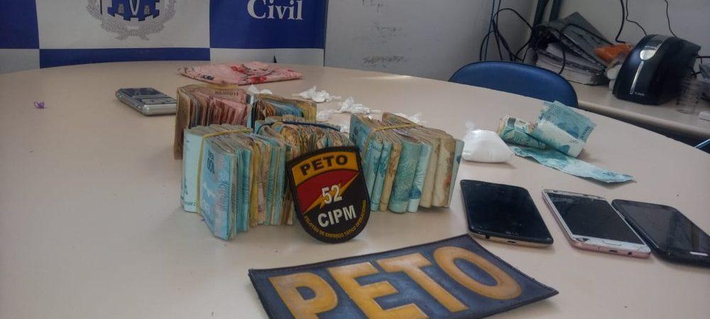 Lauro de Freitas: mulher é presa após ser flagrada com drogas e R$ 33 mil dentro de casa