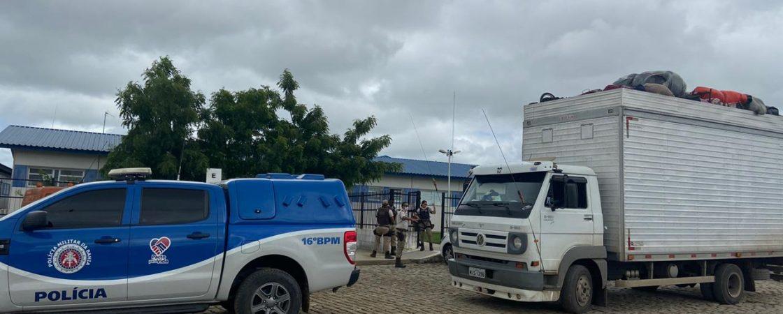 Caminhão baú com 32 pessoas é encontrado pela PM em Serrinha