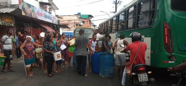 Moradores protestam por falta de água em São Marcos/Salvador