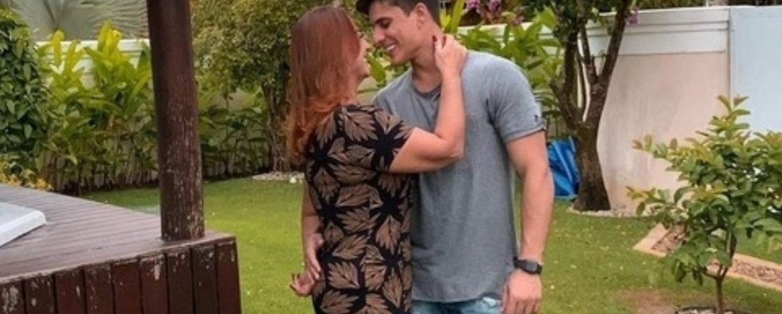 Mãe de Neymar assume namoro com gamer de 22 anos