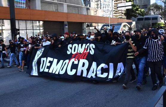 'Pró-democracia': ato de torcidas de futebol tem confrontos com grupos pró-Bolsonaro