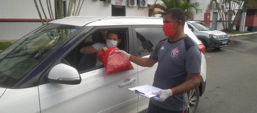 Atletas do Vitória recebem kit para treinamento online