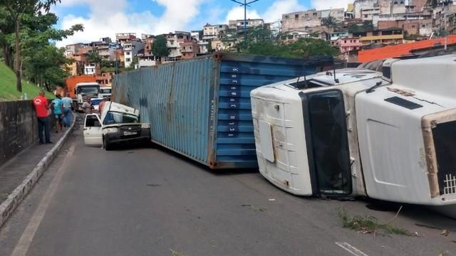 Caminhão tomba e destrói parte de ambulância em Salvador