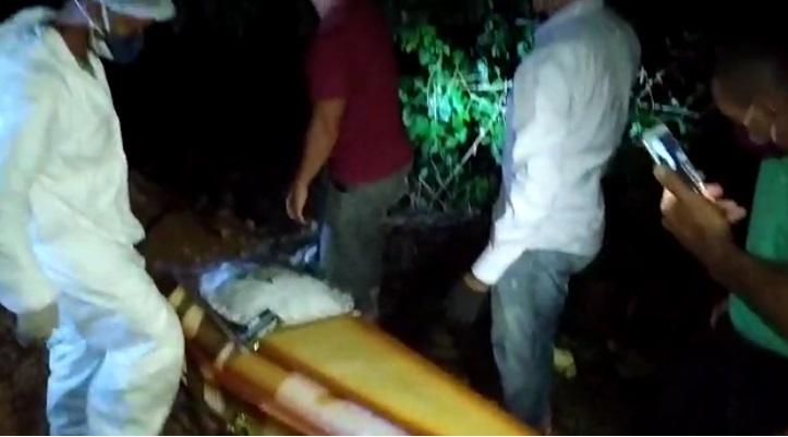 Vídeo: sepultamento é feito à noite com lanterna de celulares em Candeias