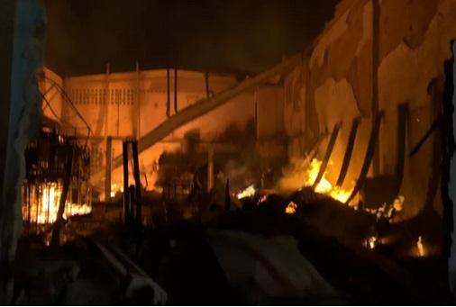 Comandante fala sobre volta das chamas na madrugada, após incêndio em galpões de Lauro de Freitas
