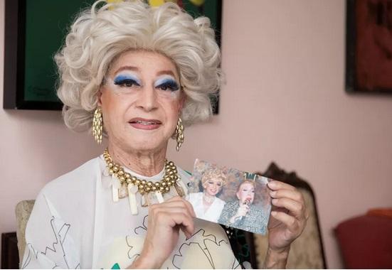Drag queen pioneira no Brasil morre vítima de Covid-19, aos 80 anos