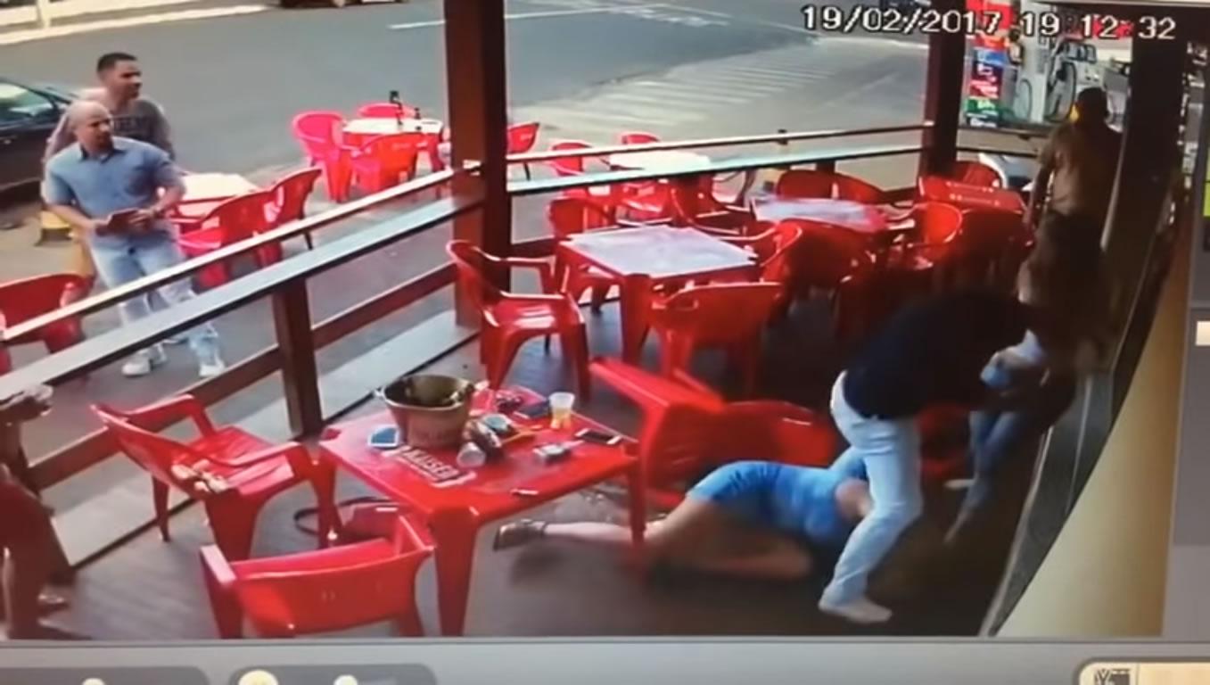 Mulher flagra marido com suposta amante em bar e os dois caem na porrada