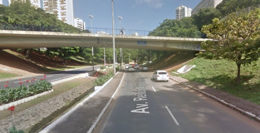 Salvador: carro cai em córrego no Vale do Canela