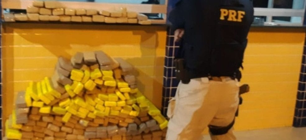 Polícia apreende 200kg de maconha que estavam escondidos em carga de caminhão